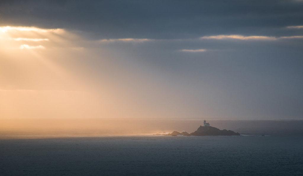 Photo d'un phare dans la lumière en Bretagne