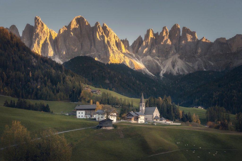Les églises et petits villages nichés au milieu des montagnes